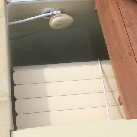 Remplir sa piscine automatiquement : NivOmatic sous le caillebotis d'une couverture automatique