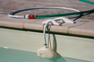Régulateur de niveau automatique NivOmatic installé sur margelles avec alimentation tuyau d'eau